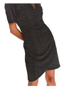 TOP SECRET - Dopasowana sukienka z bufkami i dekoltem w serek. Typ kołnierza: dekolt w serek. Kolor: czarny. Materiał: tiul, materiał. Długość rękawa: krótki rękaw. Wzór: jodełka. Sezon: zima. Typ sukienki: kopertowe. Styl: elegancki