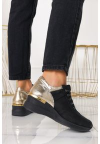 Casu - Czarne sneakersy casu buty sportowe sznurowane na koturnie polska skóra 420/c. Kolor: złoty, wielokolorowy, czarny. Materiał: skóra. Obcas: na koturnie