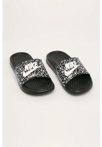 Czarne klapki Nike bez obcasa