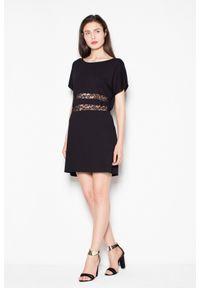 e-margeritka - Sukienka mini z krótkim rękawem Czarna - l. Kolor: czarny. Materiał: wiskoza, materiał, elastan, koronka, poliester. Długość rękawa: krótki rękaw. Wzór: paski. Sezon: lato, wiosna. Typ sukienki: proste. Długość: mini