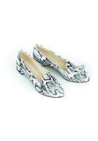 Zapato - wężowe baleriny z ostrym czubkiem - skóra naturalna - model 045 - kolor biały wąż. Zapięcie: bez zapięcia. Kolor: biały. Materiał: skóra. Wzór: motyw zwierzęcy, kwiaty, kolorowy. Obcas: na obcasie. Styl: klasyczny. Wysokość obcasa: średni
