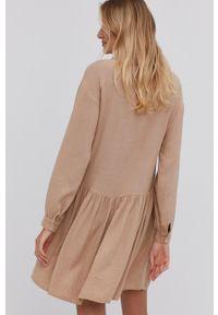 Answear Lab - Sukienka. Kolor: beżowy. Materiał: tkanina. Długość rękawa: długi rękaw. Wzór: gładki. Typ sukienki: rozkloszowane. Styl: wakacyjny