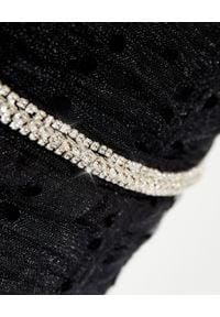 SELF PORTRAIT - Czarna sukienka z odkrytymi ramionami. Kolor: czarny. Materiał: tkanina. Wzór: kropki. Typ sukienki: z odkrytymi ramionami. Długość: midi
