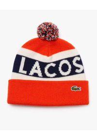Lacoste - LACOSTE - Czerwona czapka z pomponem. Kolor: czerwony. Wzór: napisy