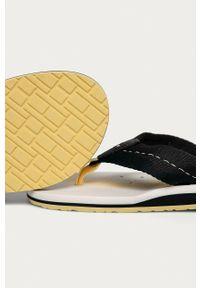 TOMMY HILFIGER - Tommy Hilfiger - Japonki. Kolor: biały. Materiał: materiał, guma. Obcas: na obcasie. Wysokość obcasa: niski