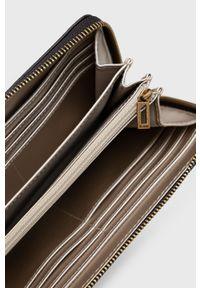 Guess - Portfel. Kolor: brązowy. Materiał: materiał