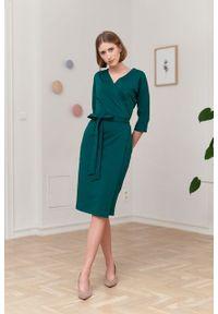 Marie Zélie - Sukienka Filomena szmaragdowa. Typ kołnierza: dekolt kopertowy. Kolekcja: moda ciążowa. Kolor: zielony. Materiał: bawełna, dzianina, materiał, elastan, tkanina, skóra. Typ sukienki: proste, kopertowe. Styl: klasyczny, młodzieżowy