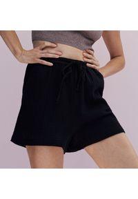 Reserved - Szorty ze strukturalnej tkaniny - Czarny. Kolor: czarny. Materiał: tkanina