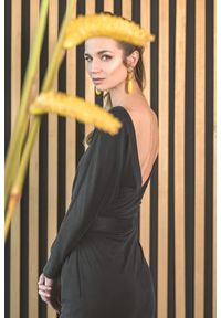 Czarna sukienka VEVA z długim rękawem, w kolorowe wzory, prosta