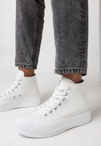 Born2be - Białe Trampki Barbiche. Wysokość cholewki: za kostkę. Nosek buta: okrągły. Zapięcie: sznurówki. Kolor: biały. Materiał: jeans, guma. Szerokość cholewki: normalna. Obcas: na platformie