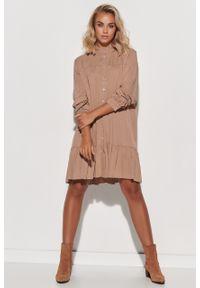 e-margeritka - Sukienka koszulowa trapezowa z falbaną cappuccino - 40/42. Typ kołnierza: kołnierzyk stójkowy. Materiał: wiskoza, materiał. Typ sukienki: koszulowe, trapezowe. Styl: klasyczny, elegancki