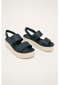 Niebieskie sandały Crocs na platformie, bez obcasa