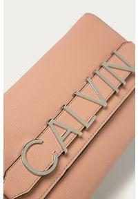 Calvin Klein - Kopertówka. Kolor: różowy. Wzór: aplikacja. Dodatki: z aplikacjami