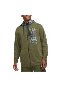 Bluza treningowa męska Nike Dri-FIT DD1733. Typ kołnierza: kaptur. Materiał: dresówka, bawełna, dzianina, materiał, włókno, poliester. Technologia: Dri-Fit (Nike). Wzór: moro, nadruk. Sport: fitness
