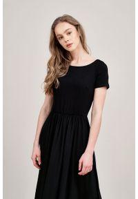Marie Zélie - Sukienka Emelina czarna mikromodal krótki rękaw. Kolor: czarny. Materiał: guma, dzianina, materiał, wiskoza, elastan, tkanina. Długość rękawa: krótki rękaw. Styl: klasyczny. Długość: midi
