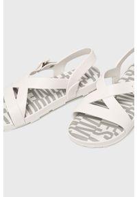 Białe sandały melissa na klamry, na obcasie, na średnim obcasie