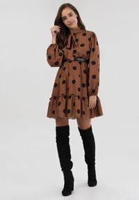 Born2be - Brązowa Sukienka Cleartrack. Typ kołnierza: kokarda, kołnierzyk stójkowy. Kolor: brązowy. Wzór: grochy. Styl: retro. Długość: mini