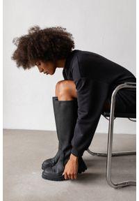 Marsala - Długa bluza o kroju oversize z kieszonką w kolorze MOONLIT OCEAN - BRESSO BY MARSALA. Okazja: na co dzień. Materiał: bawełna, dresówka, dzianina, jeans. Długość: długie. Wzór: gładki. Styl: sportowy, elegancki, casual