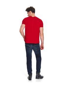 TOP SECRET - T-shirt z nadrukiem. Kolor: czerwony. Materiał: bawełna. Długość rękawa: krótki rękaw. Długość: krótkie. Wzór: nadruk. Sezon: jesień, zima. Styl: wizytowy, elegancki