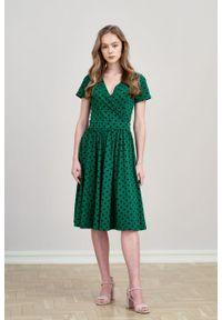 Marie Zélie - Sukienka Larissa ciemnozielona w kropki krótki rękaw. Typ kołnierza: dekolt kopertowy. Kolor: zielony. Materiał: bawełna, dzianina, materiał, elastan, skóra. Długość rękawa: krótki rękaw. Wzór: kropki. Typ sukienki: kopertowe