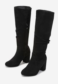 Renee - Czarne Kozaki Uemaeno. Wysokość cholewki: przed kolano. Nosek buta: okrągły. Zapięcie: zamek. Kolor: czarny. Szerokość cholewki: normalna. Obcas: na słupku. Styl: klasyczny, elegancki