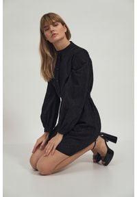 Czarna sukienka Nife koszulowa, ze stójką, z haftami