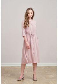 Marie Zélie - Sukienka Serena pudrowa różowa. Okazja: na co dzień. Typ kołnierza: kołnierzyk stójkowy. Kolor: różowy. Typ sukienki: proste, szmizjerki. Styl: casual