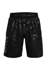 Spodenki męskie Under Armour Woven Emboss 1361432. Kolor: czarny. Materiał: tkanina, poliester, materiał. Długość: krótkie. Wzór: nadruk. Sport: fitness