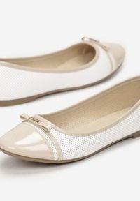 Born2be - Białe Balerinki Carilera. Nosek buta: okrągły. Zapięcie: bez zapięcia. Kolor: biały. Materiał: lakier, skóra ekologiczna. Wzór: aplikacja. Obcas: na obcasie. Styl: klasyczny