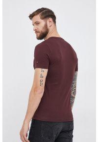 TOMMY HILFIGER - Tommy Hilfiger - T-shirt bawełniany. Okazja: na co dzień. Kolor: brązowy. Materiał: bawełna. Wzór: aplikacja. Styl: casual
