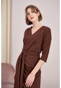 Marie Zélie - Sukienka Filomena czekoladowa. Kolor: brązowy. Materiał: bawełna, dzianina, materiał, elastan, tkanina, skóra. Typ sukienki: proste, kopertowe