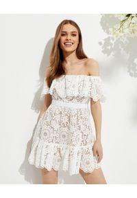 SELF PORTRAIT - Koronkowa sukienka mini z hiszpańskim dekoltem. Kolor: biały. Materiał: koronka. Wzór: koronka. Typ sukienki: trapezowe, dopasowane. Długość: mini