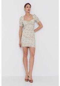 BARDOT - Bardot - Sukienka. Kolor: beżowy. Materiał: tkanina. Długość rękawa: krótki rękaw. Typ sukienki: dopasowane