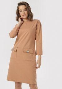 Born2be - Jasnobeżowa Sukienka Helryss. Kolor: beżowy. Materiał: dzianina. Długość rękawa: długi rękaw. Wzór: gładki. Typ sukienki: proste. Styl: elegancki. Długość: mini