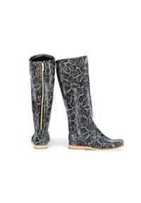 Zapato - kozaki - skóra naturalna - model 127 - kolor czarny wąż. Wysokość cholewki: przed kolano. Nosek buta: okrągły. Zapięcie: zamek. Kolor: czarny. Materiał: skóra. Szerokość cholewki: normalna. Wzór: aplikacja, moro. Sezon: lato, jesień, zima, wiosna. Styl: klasyczny, sportowy, militarny