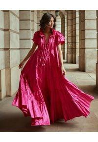 BY CABO - Rozkloszowana sukienka maxi SAINT TROPEZ. Kolor: różowy, fioletowy, wielokolorowy. Materiał: materiał, bawełna. Wzór: aplikacja. Typ sukienki: rozkloszowane. Długość: maxi