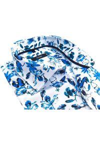 Biała koszula w niebieskie kwiaty Mmer C158. Kolor: biały, wielokolorowy, niebieski. Materiał: elastan, tkanina, bawełna. Długość: długie. Wzór: kwiaty