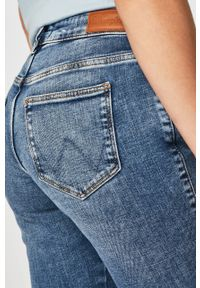 Niebieskie jeansy Wrangler z aplikacjami