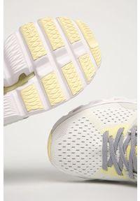 Białe buty sportowe On Running z okrągłym noskiem, na obcasie, z cholewką, na sznurówki
