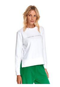 TOP SECRET - Nierozpinana bluza z rozcięciami po bokach. Kolor: biały. Materiał: dzianina. Długość rękawa: długi rękaw. Długość: długie. Wzór: napisy. Sezon: jesień