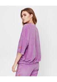 JOANNA MUZYK - Lawendowa bluza z wiązaniem. Kolor: różowy, fioletowy, wielokolorowy. Materiał: dresówka, bawełna