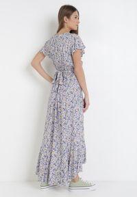 Born2be - Biało-Fioletowa Sukienka Mesise. Okazja: na randkę. Kolor: biały. Długość rękawa: krótki rękaw. Wzór: kwiaty. Typ sukienki: kopertowe. Długość: midi