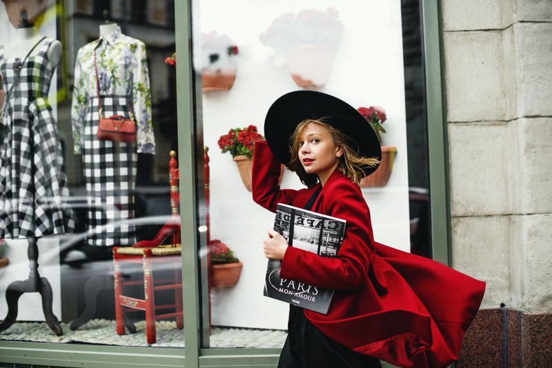 kobieta w czerwonym płaszczu i czarnym kapeluszu .jpeg