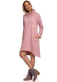 MOE - Dzianinowa Asymetryczna Sukienka z Wysokim Kołnierzem - Pudrowa. Materiał: dzianina. Typ sukienki: asymetryczne