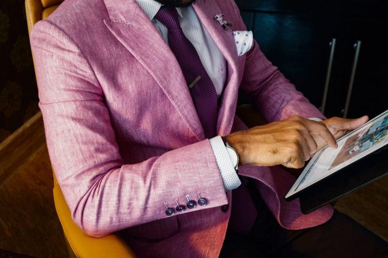 różowy garnitur męski