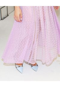 SELF PORTRAIT - Liliowa sukienka midi. Okazja: na wesele, na ślub cywilny. Kolor: różowy, wielokolorowy, fioletowy. Materiał: koronka. Wzór: ażurowy, koronka, geometria. Typ sukienki: rozkloszowane, dopasowane. Styl: klasyczny. Długość: midi #2