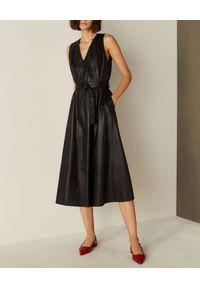 Marella - MARELLA - Czarna sukienka midi ze skóry ekologicznej. Okazja: do pracy. Typ kołnierza: dekolt w kształcie V. Kolor: czarny. Materiał: skóra ekologiczna. Typ sukienki: kopertowe, rozkloszowane, dopasowane. Długość: midi