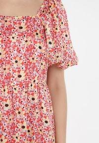 Born2be - Czerwona Sukienka Thalanthei. Typ kołnierza: dekolt kwadratowy. Kolor: czerwony. Materiał: bawełna. Długość rękawa: krótki rękaw. Wzór: kwiaty, aplikacja, kolorowy. Sezon: lato. Długość: mini