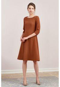 Marie Zélie - Sukienka Asteria krepa wiskozowa cynamonowa. Kolor: brązowy. Materiał: wiskoza. Wzór: gładki. Typ sukienki: trapezowe. Styl: klasyczny