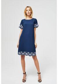 Niebieska sukienka MOODO z haftami